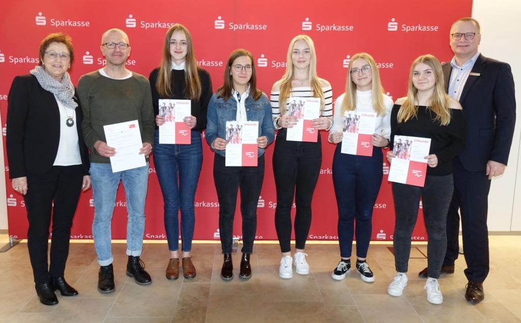 Platz 3 Gesamtwertung: Arm aber sexy (Klasse 10b): Maybrit Zeiske, Nova Engelhardt, Ronja Keller, Olivia Schneider, Luisa Schubert